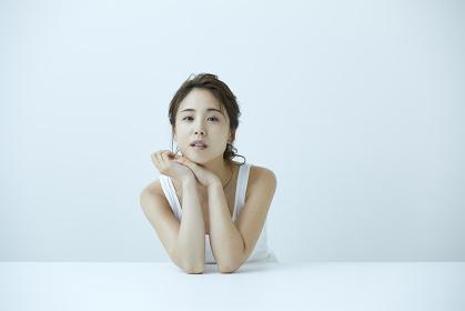 リラックスする日本人女性
