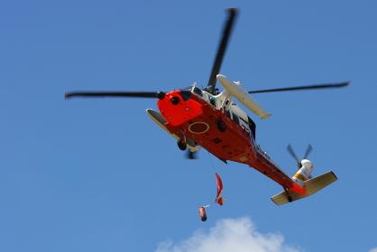 海上自衛隊のUH-60J救難ヘリコプターから物資の投下(2010年徳島県総合防災訓練)