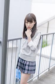 学校の外廊下で虫歯ポーズをする女子高生