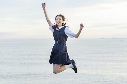 応援のポーズをするアジア人女性の高校生