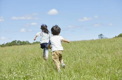 野原を走る姉弟
