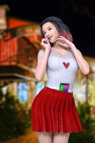 ボブヘアに編み込みをしているシースルーの部分があるトップスと赤いプリーツスカートを着た女の子が夜の街でかわいいポーズをとりおなかに携帯電話を挟み入れているシーン