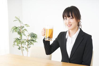 スーツでビールを飲むビジネスウーマン