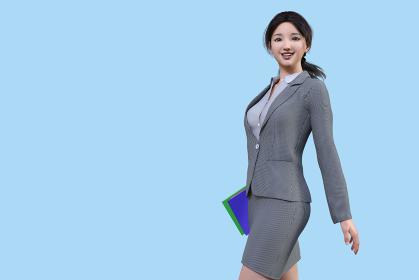 グレーのスーツを着たブルーバックに立つ女性社員が笑顔で資料の入ったファイルを持って歩く