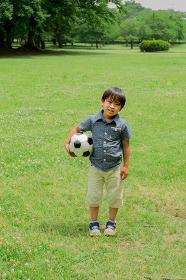 サッカーボールを持つ日本人の男の子