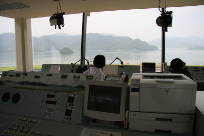 海自舞鶴航空基地の管制塔(2010海自舞鶴航空基地チビッコヤング大会イベント)