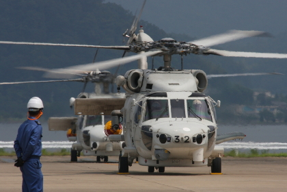SH-60JとSH-60K新旧並び(2010海自舞鶴航空基地チビッコヤング大会イベント)