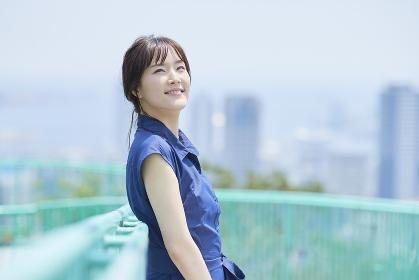 街を眺める日本人女性