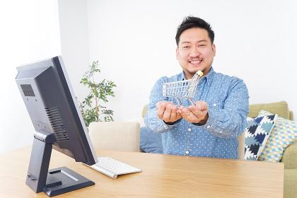 ネットショッピングする男性