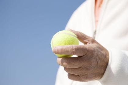 テニスボールを持つ手