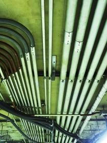 天井の電線の保護パイプ