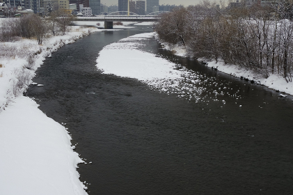 雪に埋もれた冬の豊平川