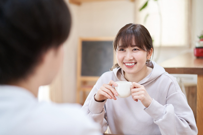 リビングで会話をするアジア人の夫婦