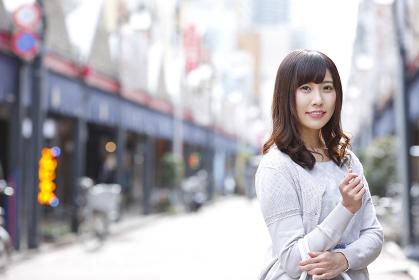 商店街を歩く若い日本人女性