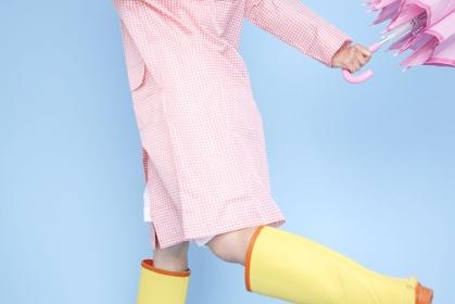 雨具を着てジャンプする女性イメージ