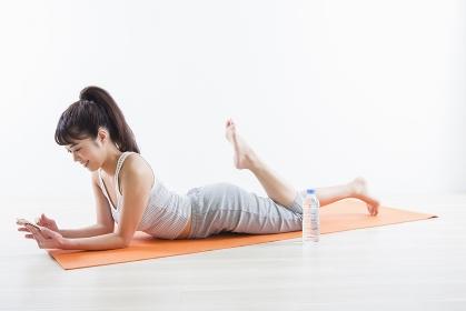 運動しながら電話する女性