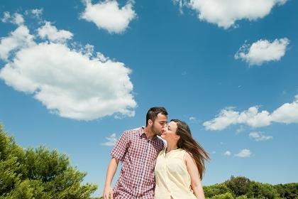 公園でキスするカップル