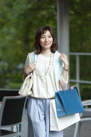 ショッピングバッグを持つ笑顔の女性
