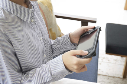 ゲームで遊ぶ若い女性の手元