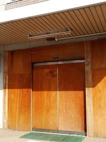 ベニヤ板で閉鎖した公共施設