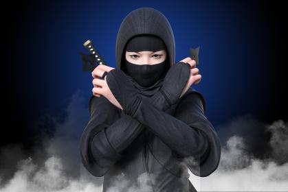煙が上がる暗闇から手裏剣を両手に持ったくノ一が睨みながら出現する