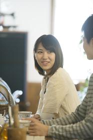 カフェで談笑をするカップル