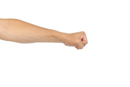 中年男性の手のポーズ 握りこぶし