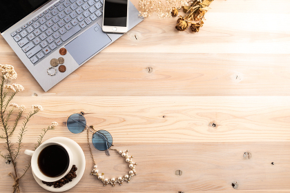 コーヒーと木目のテーブル