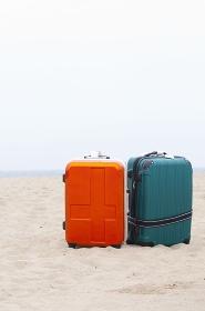 ビーチに置かれたスーツケース