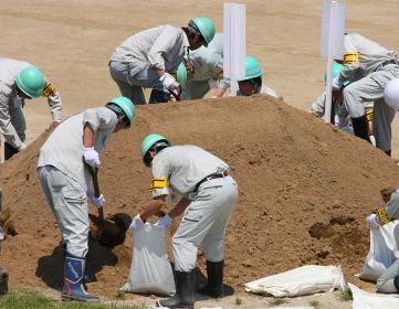土のう作成作業(2010年国土交通省淀川水防訓練)