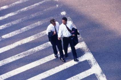 横断歩道を歩くビジネスマン