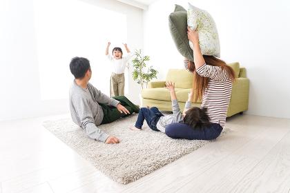 家で家族団らん