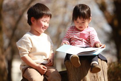 本を読む子供たち