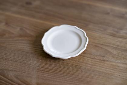木製のダイニングテーブルに置かれた皿