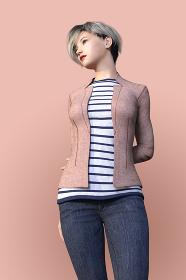 ピンクベージュのジャケットを羽織ったアッシュ色のショートヘアの女性が斜め前を見つめながら後ろで腕を組み佇むポーズ