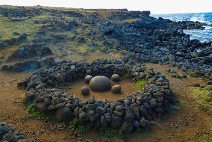 チリ・イースター島にて丸い石が置かれたパワースポットであるテピトクラ