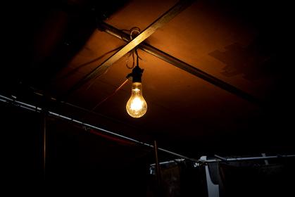 屋根に吊るされた裸電球 1841
