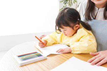 お絵かきをする子供とお母さん