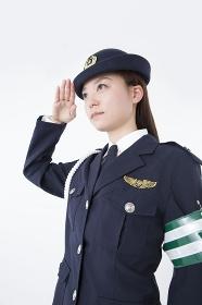 敬礼をする女性警察官