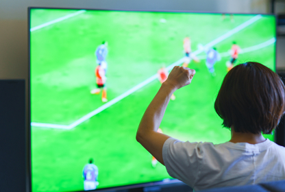 テレビを見る中年女性