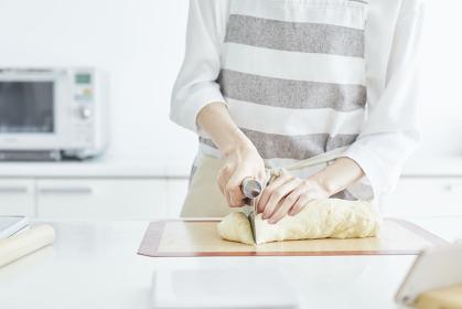 パン生地を計量する女性の手元