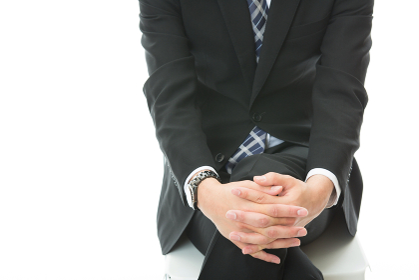 座るビジネスマンの膝