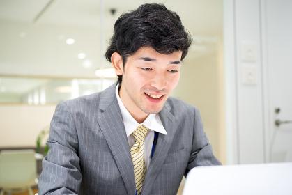 ビジネスイメージ(男性・オフィス・笑顔)