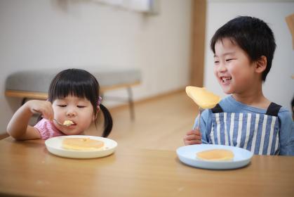 ホットケーキを食べる子供たち