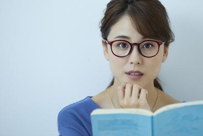 本を読む眼鏡をかけた日本人女性