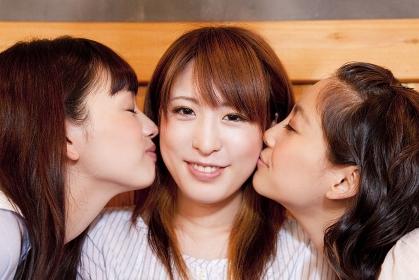 両頬にキスをする女性