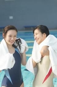 水泳後に談笑する女性2人