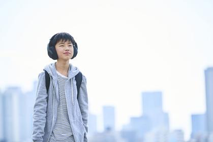 音楽を聴く日本人中学生