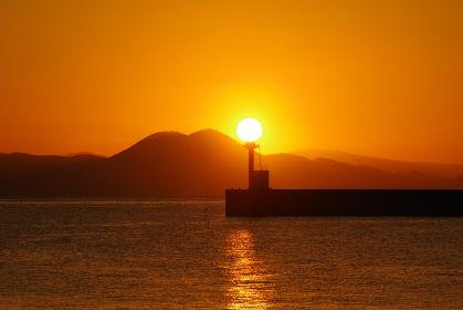 防波堤灯台と朝日