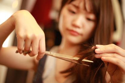 自分で髪を切る女性